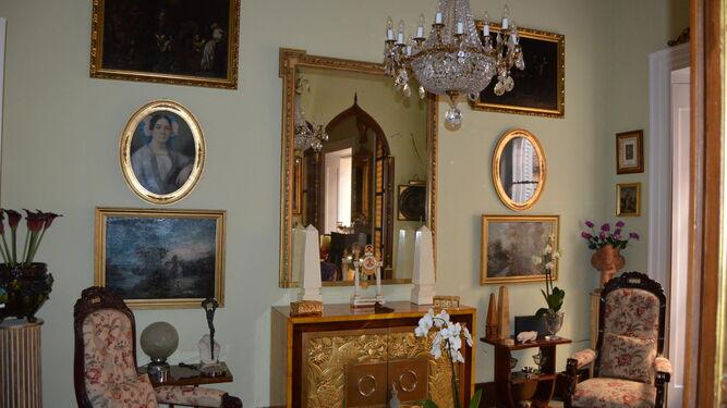 Salón. Un mueble francés, con sus puertas doradas talladas, protagoniza este espacio