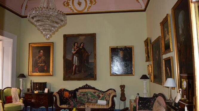 Gabinete. Su decoración, tanto por las pinturas como por los  muebles y objetos, recrea un espacio inequívocamente decimonónico