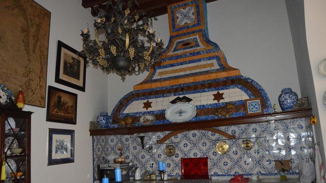 Cocina. Una gran campana con azulejos del siglo XVIII es uno de los elementos que más asombran al invitado, por su tamaño y buena conservación