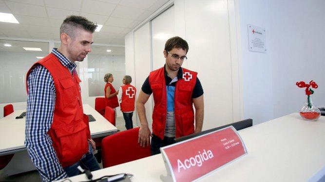 Interior de las instalaciones, con dos voluntarios.