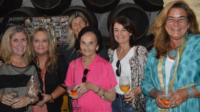 Eva Romero, Chica Hidalgo, María Gómez, Chitita Barbadillo, Margarita Otaolaurruchi y Keka Bustillo.