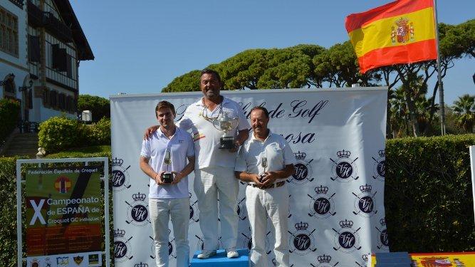 Gonzalo Álvarez-Sala, el campeón del campeonato, Rafa Romero, y José Gómez Quirós, durante la entrega de trofeos.