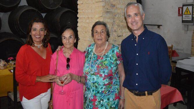 María Ortega, las homenajeadas Chitina Barbadillo y Charete Peña, y Rafael Martínez.