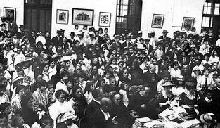 Alumnos y profesores asisten al reparto de premios escolares en La Salle Mirandilla, a principios del siglo XX.