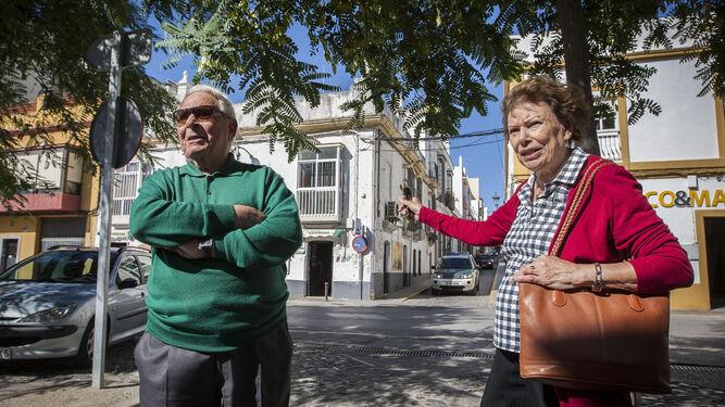 Los padres de Anne Hidalgo, ante la casa de San Fernando en la que vivieron y donde nacieron sus dos hijas, en la esquina de Dolores con San Marcos.
