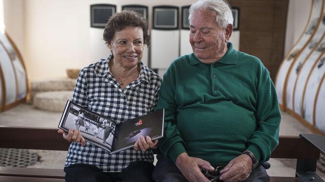 María Aleu y Antonio Hidalgo, con el álbum oficial de la campaña electoral de Anne Hidalgo a la Alcaldía, hace unos días en el Zaporito isleño.