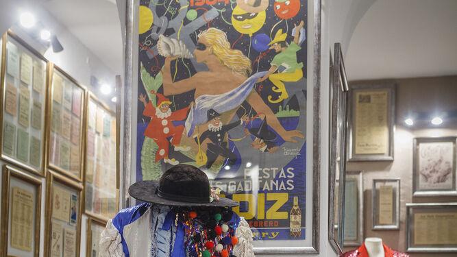 1. El tipo de 'Suspiros de Cai' ante un cartel de la Fiestas Típicas. 2. Un cartel del Carnaval de Cádiz de 1910, comprado por Fran López a un anticuario de Barcelona. 3. Disfraz de la comparsa 'El titiritero' ante un retrato de Manuel López Cañamaque. 4. Fran López ante la barra, revestida con 600 cintas de cassette y con un ordenador donde están las grabaciones del COAC desde 1959. 5. Partituras de 1931 del maestro Escobar y discos de pizarra de Parodi y de Óptica El Trébol.