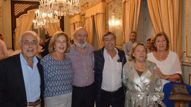 Luis Manzano, Gloria Riera, Fernando Blanco, Eduardo López-Vegue, Mimi Martínez Colomer y María Luisa Miralles de Imperial, tras la presentación.