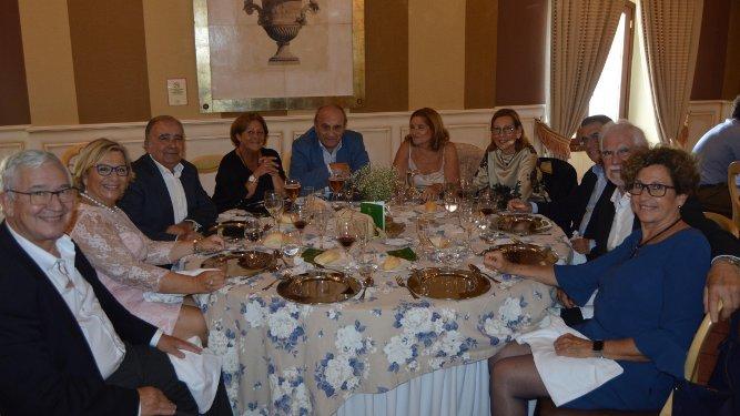 El homenajeado  Nono Copano con Pili Parra, Juan Hierro, Marisa Sánchez, Antonio Barros, Pe Induraín, Manuel de Sostoa, Juan Mases, Tayo Fernández y Nati Gil.
