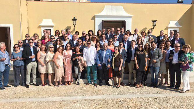 El doctor Nono Copano junto a sus familiares y amigos que acudieron al almuerzo celebrado en el Baluarte de los Mártires con motivo de sus setenta y cinco cumpleaños.