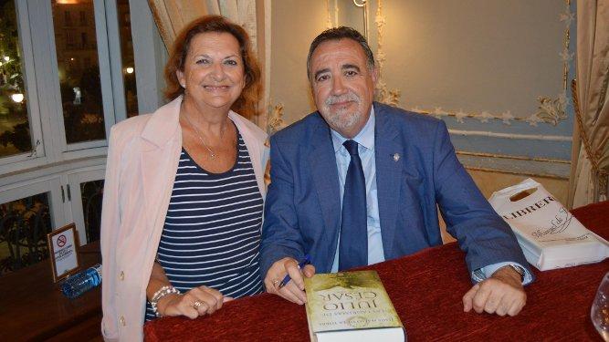 La veterana historiadora Amparo Bellón con el escritor Jesús Maeso, durante la firma de ejemplares.