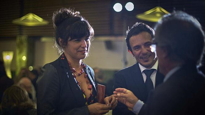 l Teresa Rodríguez y José María González hablan con Javier Pérez Royo.