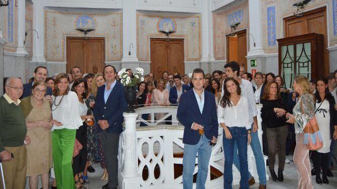 Los anfitriones, los hermanos José Luis, Fernando y Ramón de la Rosa Barrasa, junto con el grupo de familiares y amigos que asistieron a la fiesta de cumpleaños en la Casa Arámburu.