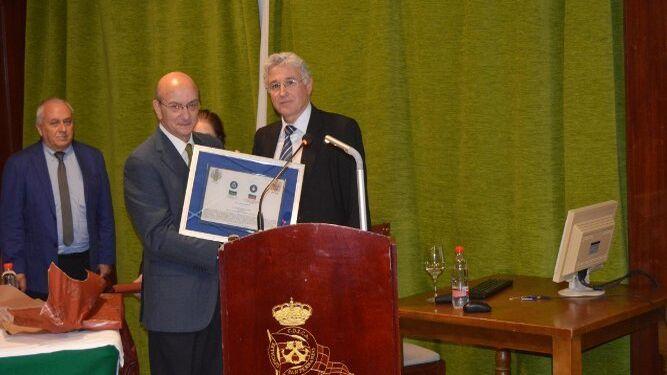 Jesús Padillo, entregando un recuerdo al ponente José Caravaca.
