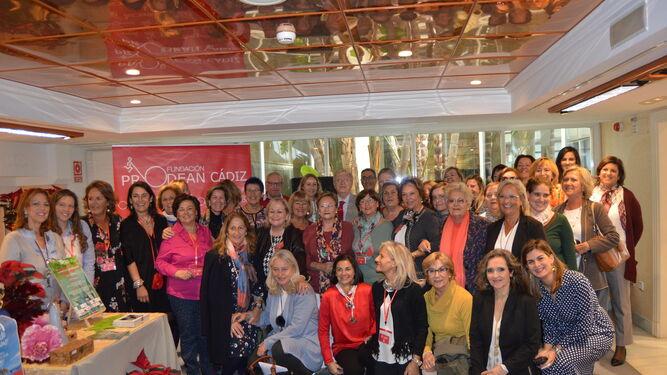 El grupo de autoridades con los voluntarios del  V Mercadillo Solidario de la Fundación Prodean, tras su inauguración  en el Hotel Playa.