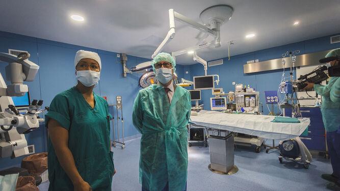 Juan Luis Belizón, a la derecha de la imagen, visita el quirófano de Neurocirugía.