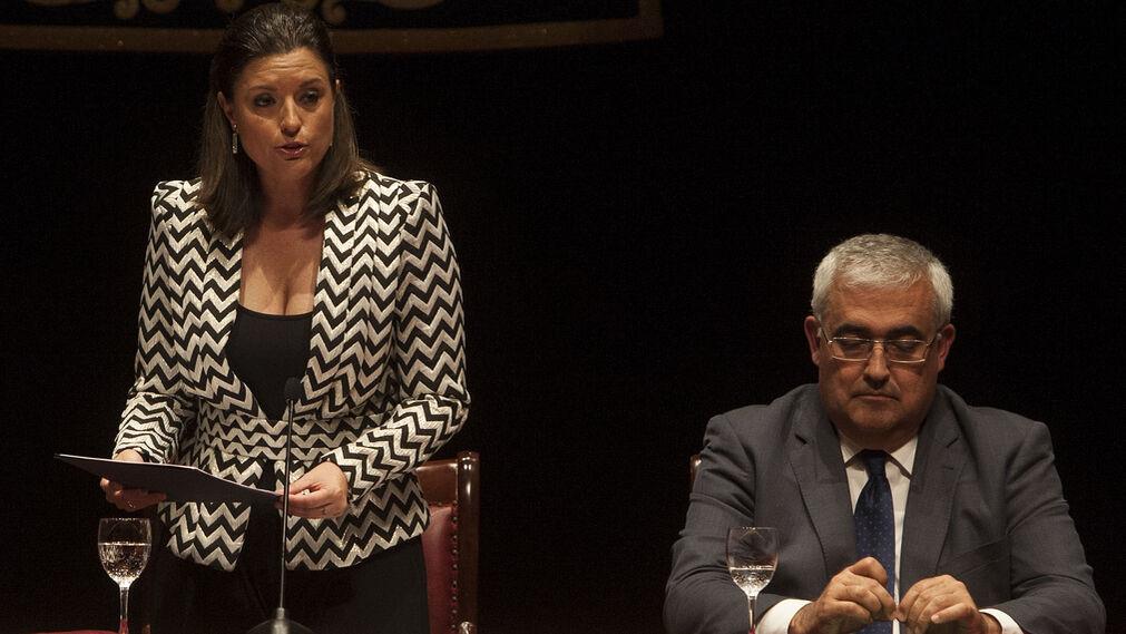 La alcaldesa de San Fernando, Patricia Cavada, en un momento de su intervención, junto al consejero de Economía, Antonio Ramírez de Arellano.