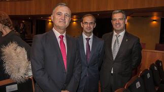 Juan Rodríguez Garat, Víctor Mora, alcalde de Sanlúcar; y el alcalde de Rota, José Javier Ruiz Arana.