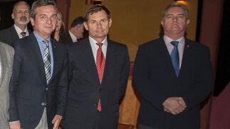 El rector de la UCA, Eduardo González Mazo; el almirante de La Carraca, Cristóbal González-Aller; y Joaquín Tomás González.