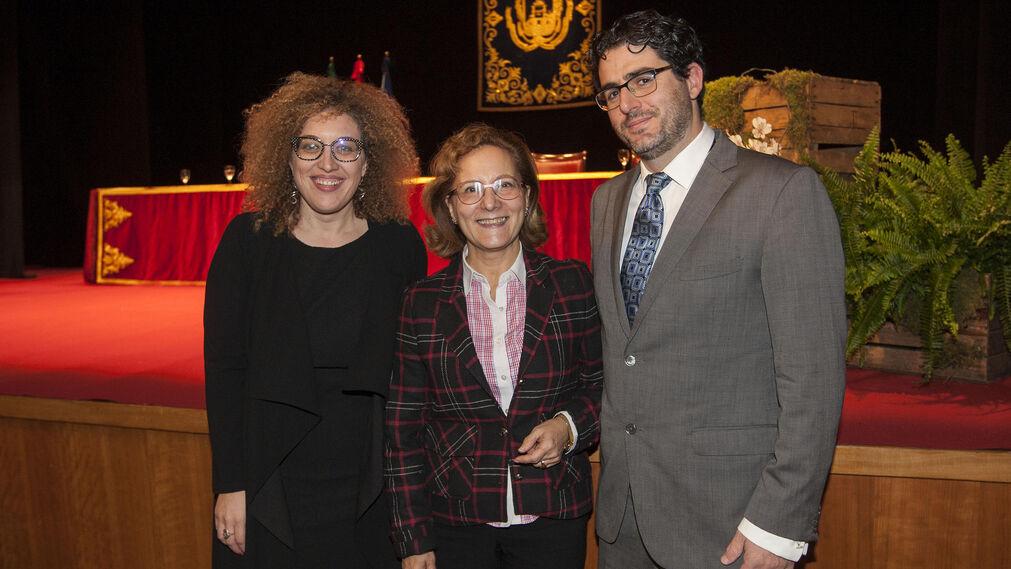 La presidenta de la Asociación de la Prensa de Jerez, Pepa Pacheco; la presidenta de la Federación de Asociaciones de Periodistas de España, Elsa González; y el presidente de la Asociación de la Prensa de Cádiz, Diego Calvo.