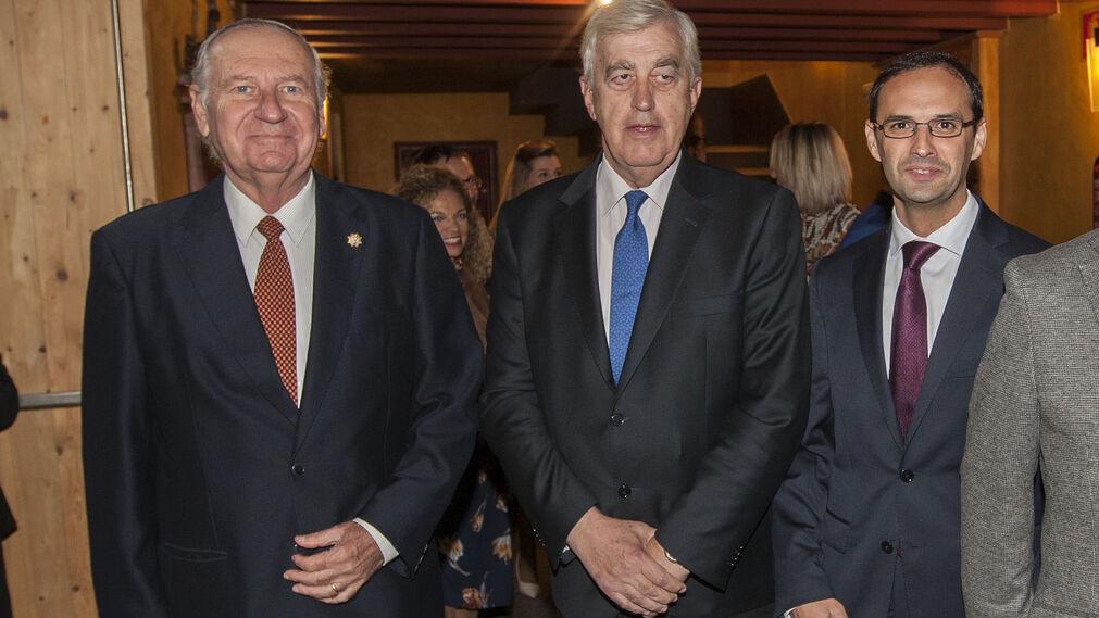 José Enrique de Benito, presidente de la Academia de SanRomualdo; el presidente de la Cámara de Comercio, Ángel Juan Pascual; y el alcalde de Sanlúcar, Víctor Mora.