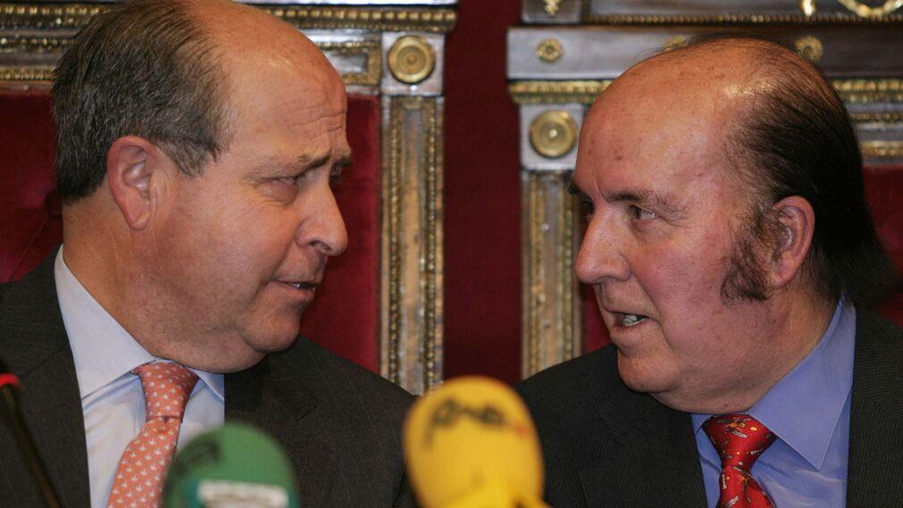 Chiquito  de  la  Calzada  conversa con el ex alcalde Granada José Torres Hurtado.