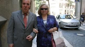 De paseo por Málaga con su  mujer