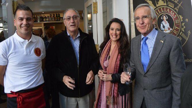El propietario Alejandro Lucero con Antonio Rosado, Fátima Rodríguez y Pepe Ruiz Marchante.