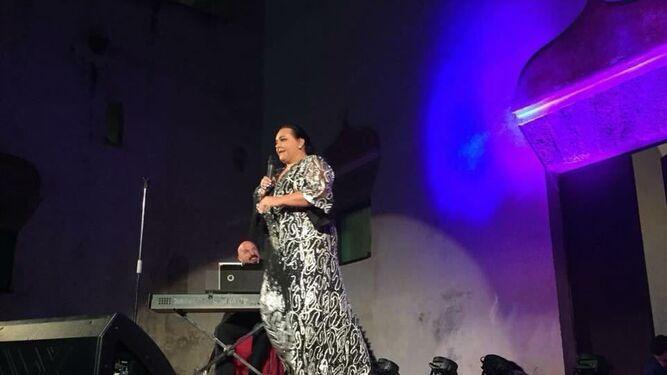 El cantante Falete durante la actuación que ofreció en la Feria del Estero.