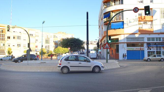 Una de las glorietas reguladas por semáforos a lo largo del tramo urbano del tranvía.