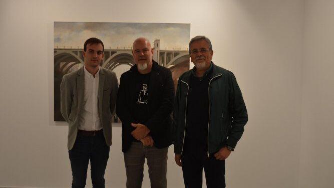 El delegado de Cultura, Daniel Moreno, con Damián Flores y Eduardo Rodríguez, durante la visita a la exposición.