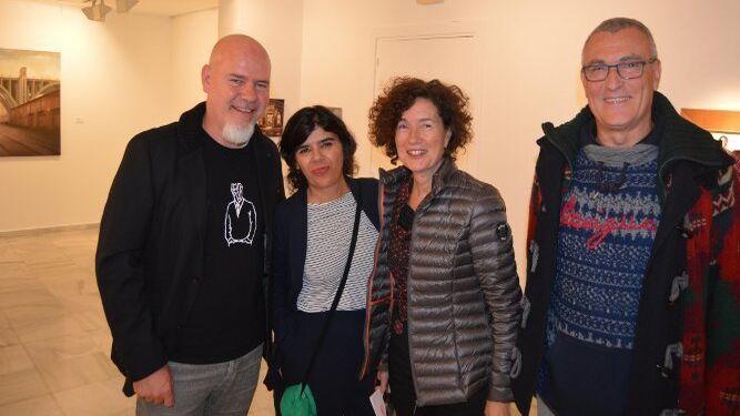 El pintor Damián Flores con Concha Flores, Inés López y César Larrea.