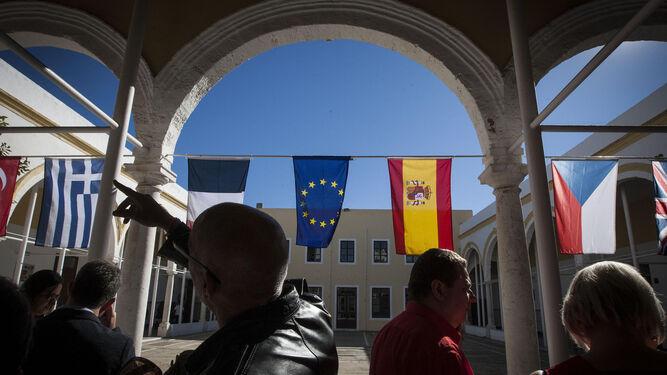 El patio de la escuela San José, adornado con la banderas de la Unión Europea y de los países del proyecto Erasmus+ en el que participa el centro.