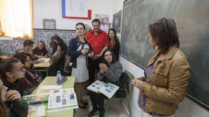 Algunos profesores extranjeros en una clase de la escuela San José.