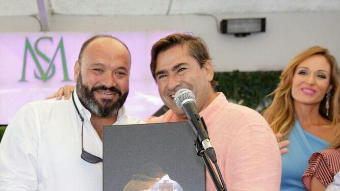 Daniel de las Peñas con Fernando Estrella, durante la entrega de regalos.