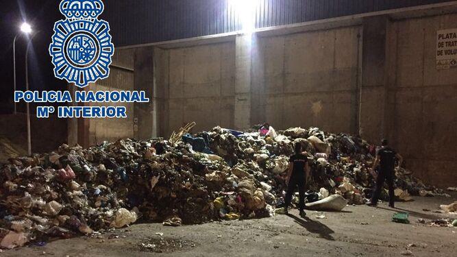 Búsqueda de pruebas entre 33.000 kilos de basura.