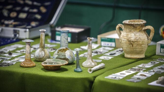 Parte de las piezas arqueológicas incautadas y presentadas ayer a la prensa.
