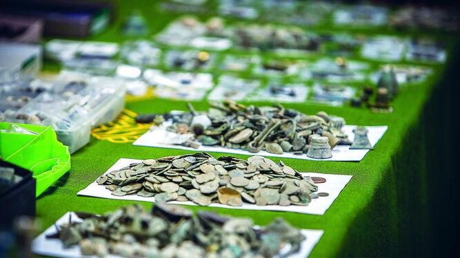 Algunas de las piezas recuperadas, sobre todo monedas, y que fueron expuestas ayer en el salón de actos de la Comandancia de la Guardia Civil de Cádiz.