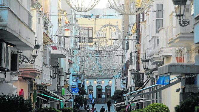 Adornos de Navidad colocados en la calle Rosario esta misma semana.