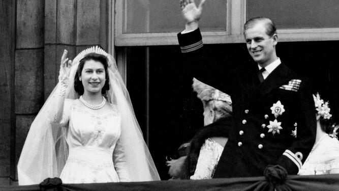 Isabel II y Felipe saludan desde el balcón el día de su boda.