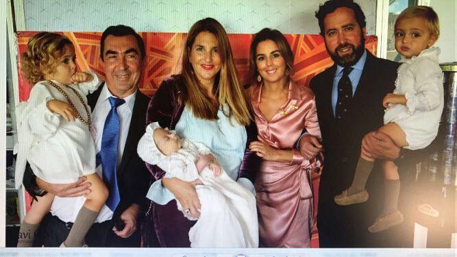 El recién bautizado con sus padres Miriam Sánchez Limón y Luis Mora, sus hermanos y los padrinos Ana González Ruiz y Nino Sánchez Abril.