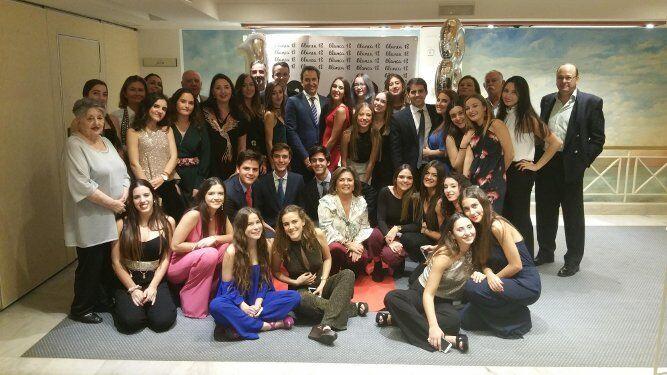 La homenajeada Blanca Ponce Lorente con todos los amigos y familiares que acudieron a la celebración de sus dieciocho años en el Hotel Playa Victoria, de Cádiz, entre ellos sus padres Manolo Ponce y María Ángeles Lorente.