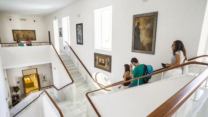 La Casa de Iberoamérica, el edificio que ocupaba la antigua Cárcel Real, es de los mejores ejemplos del neoclásico andaluz. Destaca su hermoso patio, entramado de escaleras y las pilastras toscanas de orden gigante de su fachada.