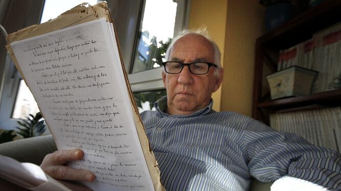 Justo Juliá, cuyo abuelo fue amigo de Manuel de Falla, con algunos manuscritos de finales del siglo XIX de la revista 'Dinamita'.