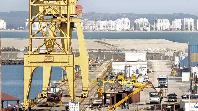 Imagen del puerto gaditano con las obras de la nueva terminal de contenedores  al fondo.