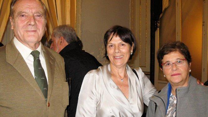 El presentador del acto Guillermo Cervera con la escritora Lourdes Vázquez y Carmen Reina.