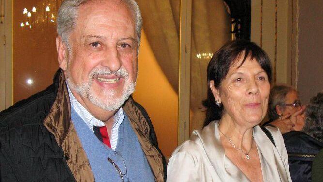 La escritora Lourdes Vázquez con Javier Alberdi, tras la presentación.