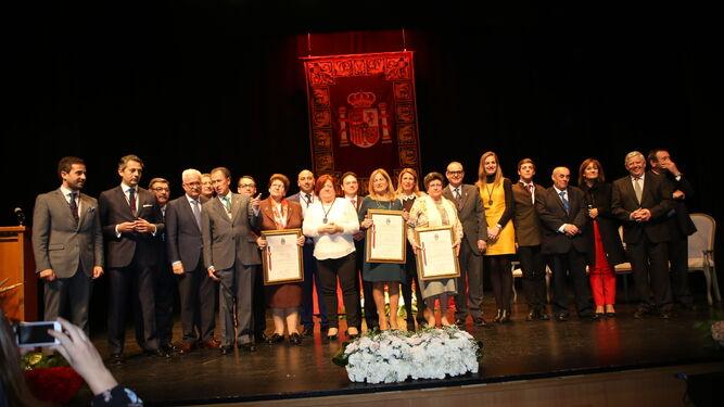 Foto de grupo de cargos públicos con los galardonados tras la entrega de las distinciones en la mañana de ayer.