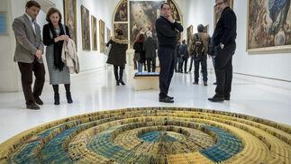 La pieza 'El ojo del dragón', de la argentina Andrea Moccio despliega convertida en arte las páginas amarillas del año del Corralito en Argentina. La original obra que llegó a Cádiz en una maleta, posa nada menos que en la sala de Murillo.