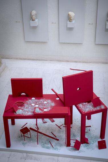 -La sorprendente pieza 'Desastres provocados, desastres controlados', de Francisco Almengló, luce bajo la colosal escultura de Trajano en el patio del Museo. Un bello contraste entre el dinámico rojo que ofrece la pieza, frente al blanco sosegado del espacio.